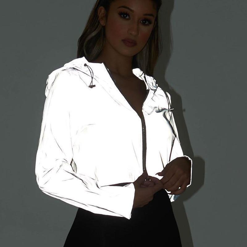 Женская куртка с капюшоном из светоотражающего материала фото