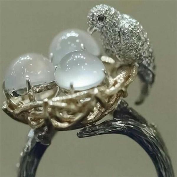 Кольцо ручной работы из драгоценных камней выполненно в форме гнезда с птицей фото