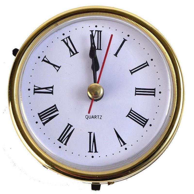 Кварцевые часы с римским циферблатом в золотом оформлении фото