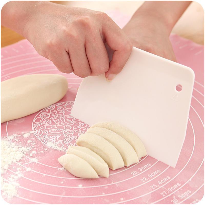 Торт гладкой полировки инструментов торта украшая гладкой помадной торт кондитерских шпатели, инструменты для выпечки фото