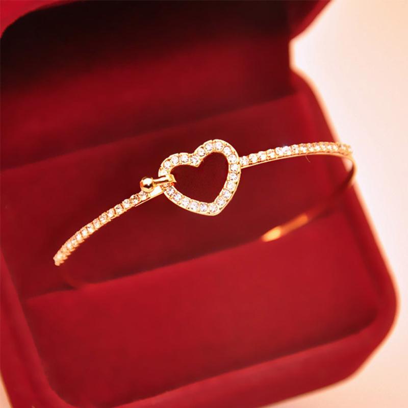 Женский браслет с сердечком фото